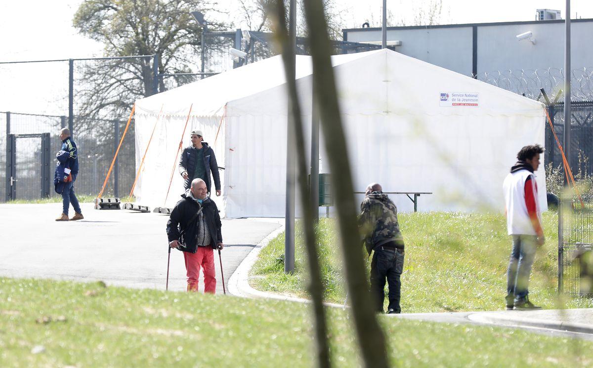Im Außenbereich wurden Zelte installiert, in denen die Obdachlosen sich aufhalten können.