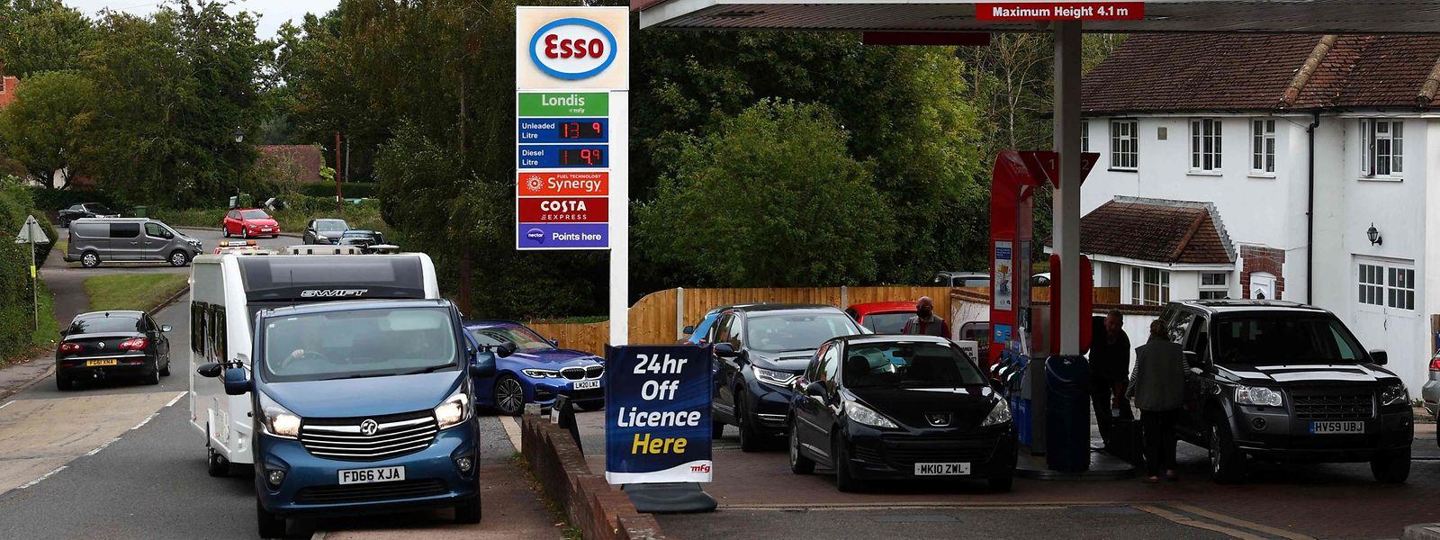 In Odiham, Hampshire, warten Autofahrer darauf, zu tanken.