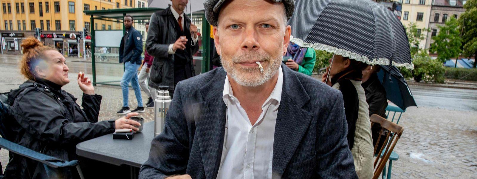 Ein Kunde vor einem Café in Malmö in Südschweden