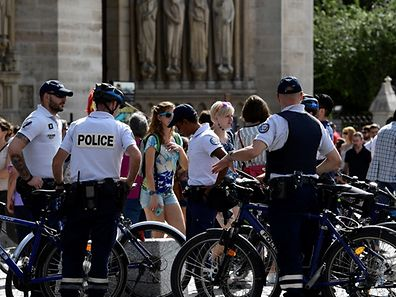 """Police officers patrol around Notre Dame cathedral in Paris on September 10, 2016, as part of the """"operation sentinelle"""". Three heavily radicalised women were arrested after  car laden with gas cylinders was found abandoned near Notre Dame cathedral in Paris on September 4, 2016. / AFP PHOTO / MIGUEL MEDINA"""