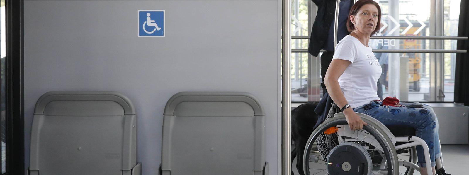Tessy Wies freut sich darüber, dass in der neuen Standseilbahn an einen Gurt zum Befestigen eines Rollstuhles gedacht wurde.