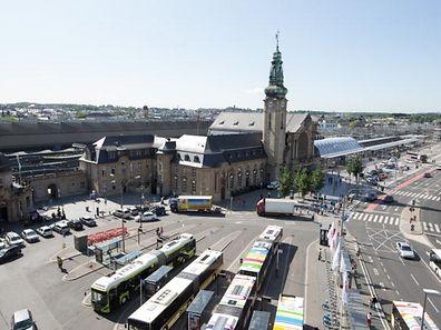 Gemütlich und einladend ist der Bahnhofsvorplatz aktuell wahrlich nicht. Dank einer kompletten urbanistischen Umgestaltung soll sich dies nun ändern. Weniger Busse und Autos, dafür ein Platz mit Terrassen – so lautet der Plan.