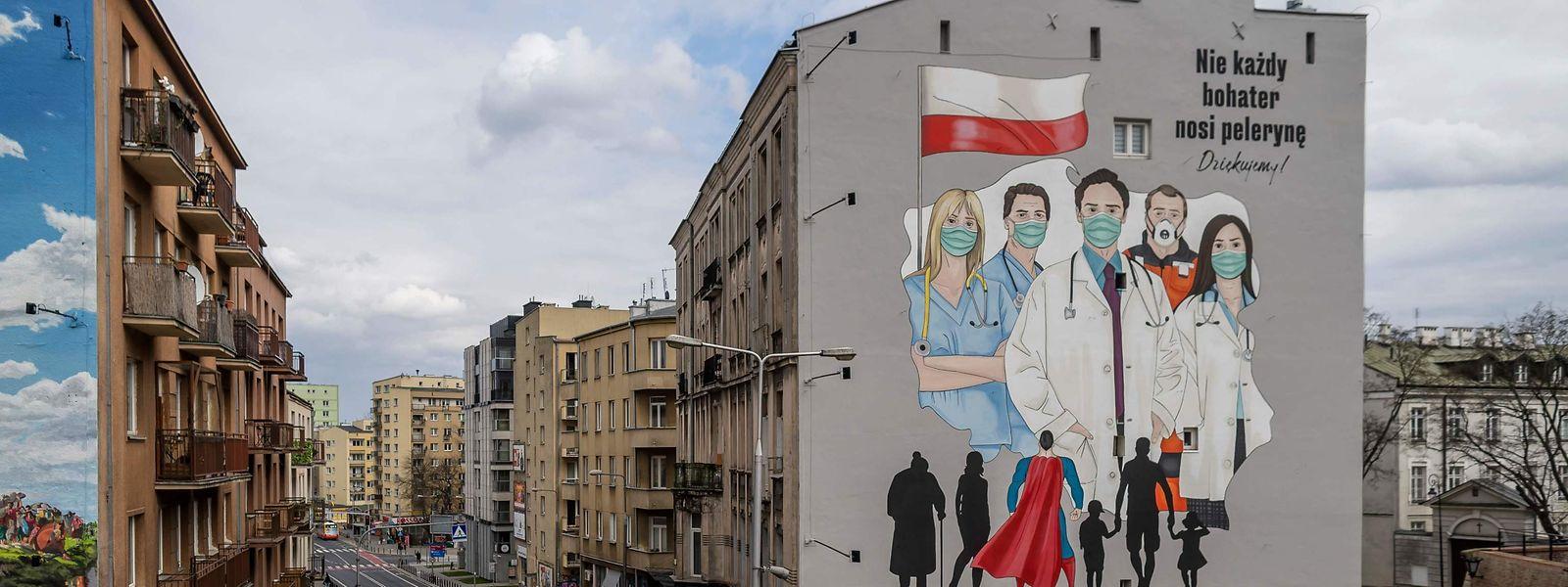 Ein Wandgemälde in Warschau, das Ärzte und Gesundheitspersonal als Helden feiert.