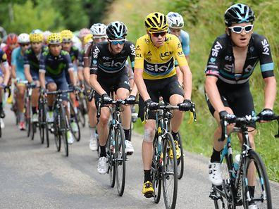 Geraint Thomas et Wout Poels entourent Chris Froome. Le Maillot Jaune a pu compter sur le dévouement entier de ses équipiers durant les trois semaines de course.