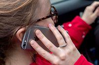Eine junge Frau telefoniert mit ihrem Smartphone.