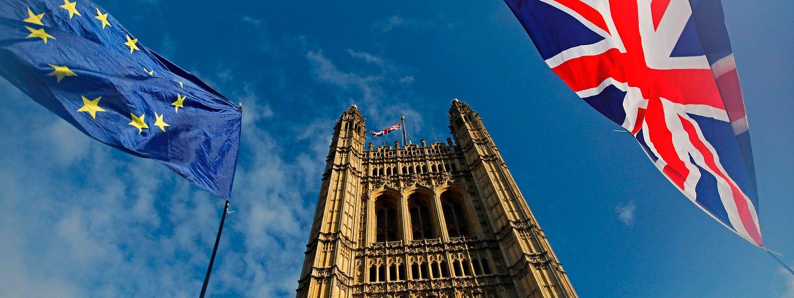 Die Fahne Großbritanniens und der EU vor dem Victoria Tower, einem Teil von Westminster.