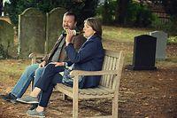 Anne (Penelope Wilton) und Tony (Ricky Gervais) sinnieren auf dem Friedhof über den Sinn des Lebens ohne ihre Partner.