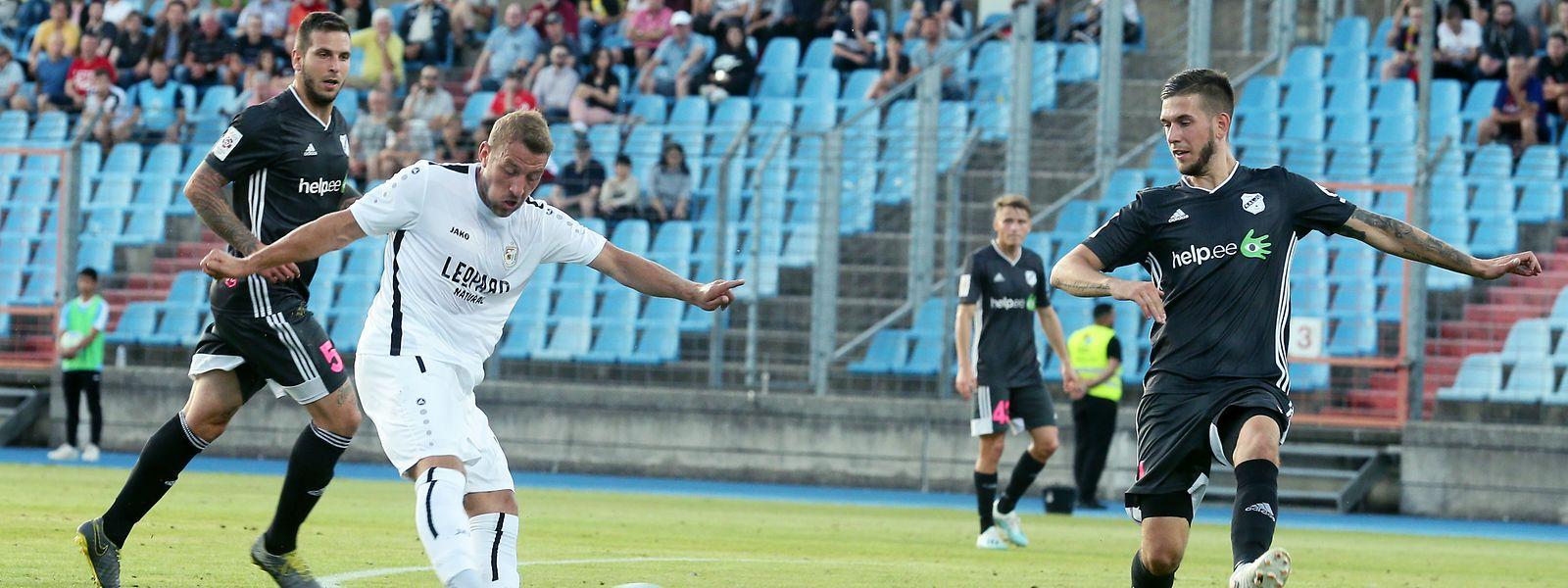 Dominik Stolz (de branco) fez o seu primeiro 'hat-trick' na Liga Europa frente ao Kalju.