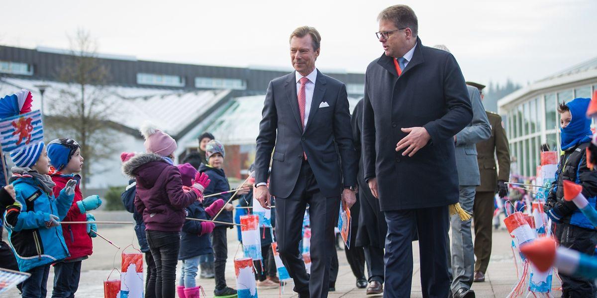 Durch ein junges und begeistertes Spalier ließ sich Großherzog Henri von Sispolo-Präsident Romain Wester zur Sporthalle im Park geleiten.