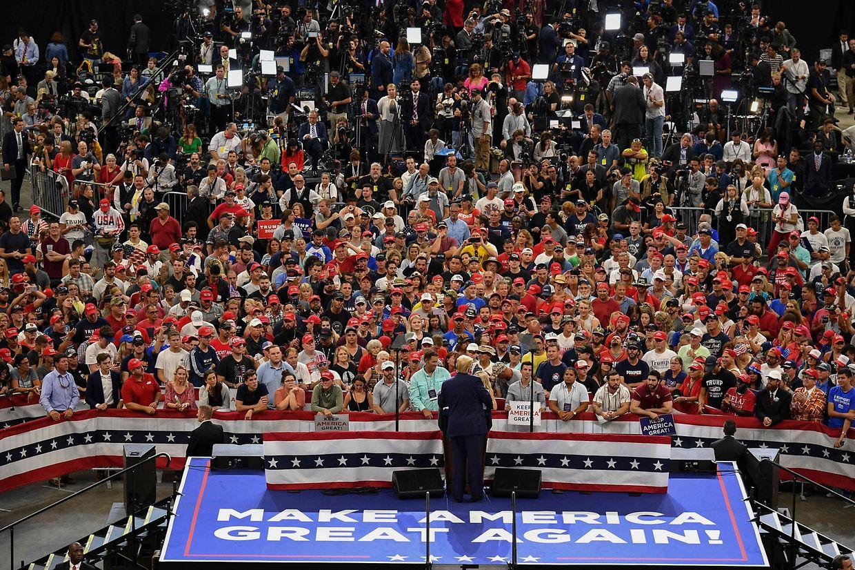Trump vor seinen Unterstützern und den versammelten Medien.
