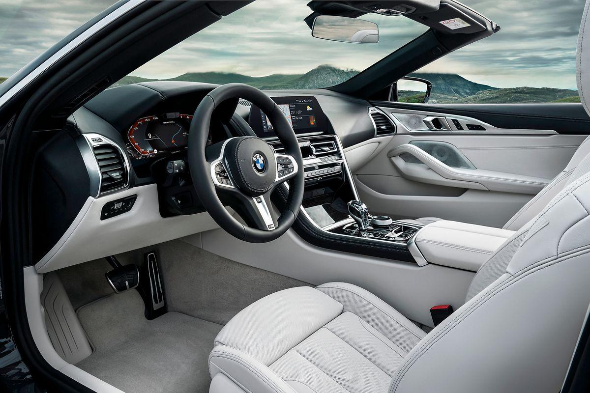 Der Innenraum präsentiert sich elegant und luxuriös.