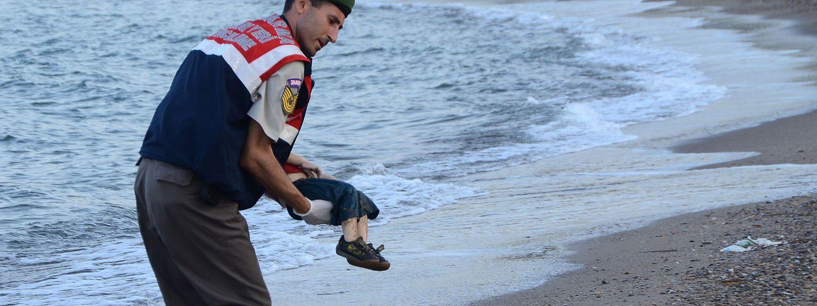 Am 2. September 2015 birgt ein türkischer Polizist bei Bodrum den Leichnam des zweijährigen Alan Kurdi.
