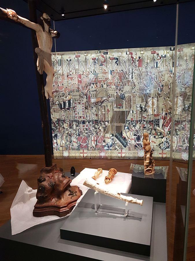 Peças em marfim, madeira, relgiosoas e preciosas
