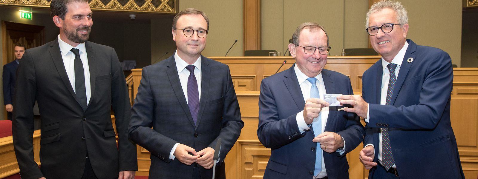 Finanzminister Pierre Gramegna (r.) überreicht Parlamentspräsident Fernand Etgen den Haushaltsentwurf 2020, der per QR-Code abgerufen werden kann. Budgetberichterstatter Yves Cruchten (l.) übernimmt das Zepter von André Bauler (2.v.l.)
