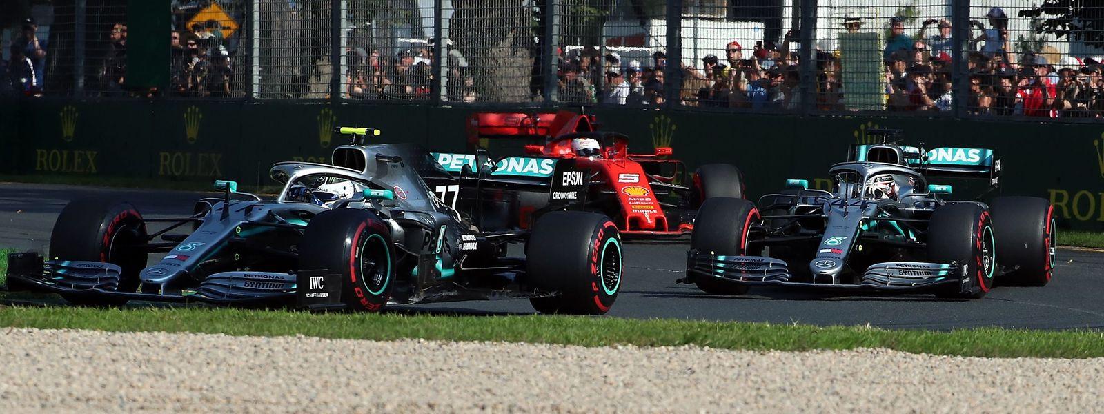 Die Mercedes Fahrer Valtteri Bottas () and Lewis Hamilton (r) gaben das Tempo vor.