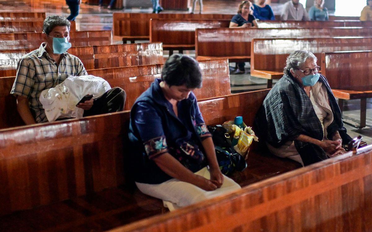 Gläubige in der Basilika von Guadalupe: Das Virus hat mittlerweile auch Mexiko erreicht.