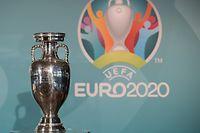 ARCHIV - 27.10.2016, Bayern, München: Der EM-Pokal aufgenommen während der Präsentation des Logos für die Fußball-Europameisterschaft 2020. (zu dpa: «Fußball-EMvor der Verlegung:UEFAsucht Weg aus der Krise») Foto: Sven Hoppe/dpa +++ dpa-Bildfunk +++