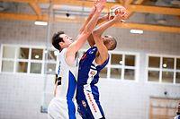 Miles Jackson-Cartwright (Basket Esch r.) gegen Adam Eberhard (Résidence l.) / Basketball, Total League Männer, Résidence - Basket Esch / 10.10.2020 / Walferdingen / Foto: Christian Kemp
