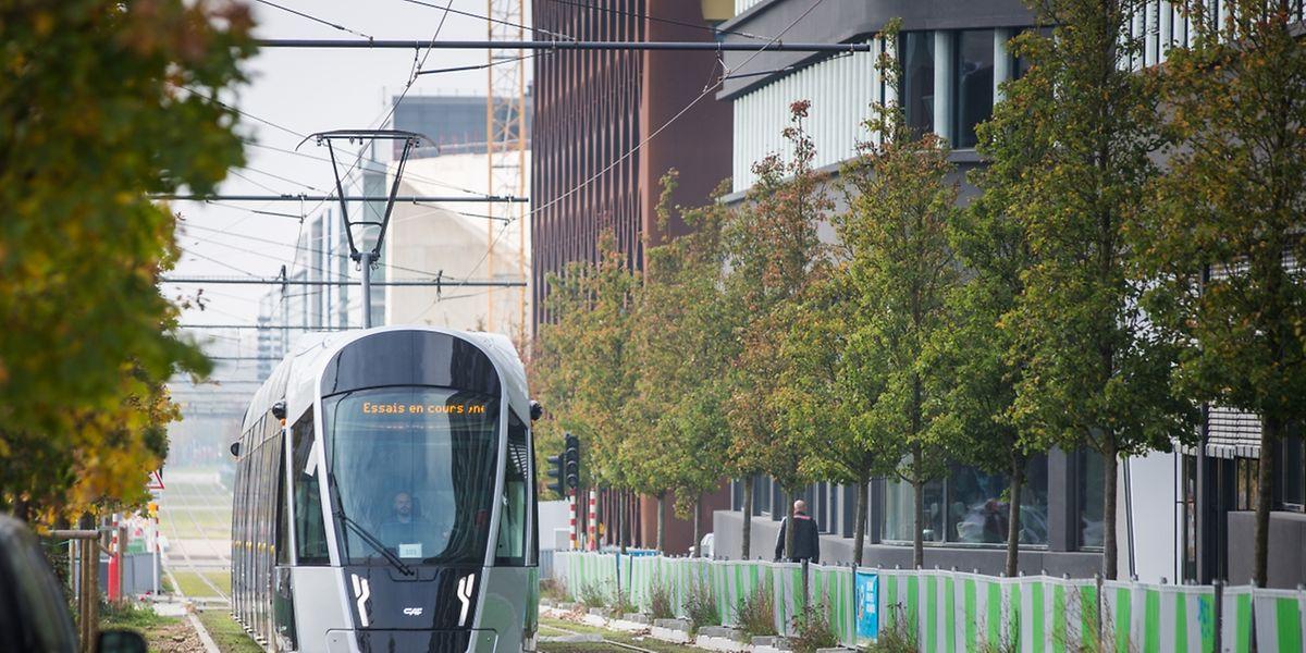 """Luxtram führt jetzt auch tagsüber Testfahrten zwischen dem """"Tramsschapp"""" und der Roten Brücke durch."""