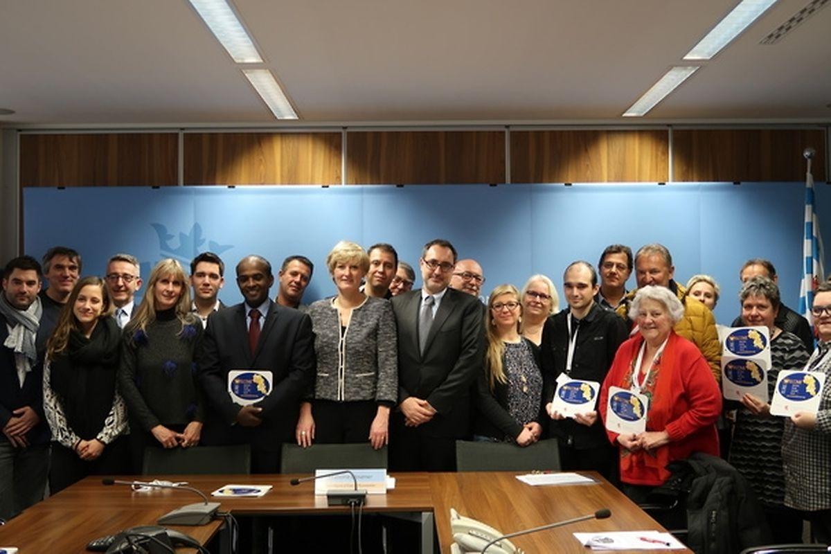 (au milieu) Francine Closener, secrétaire d'État à l'Économie