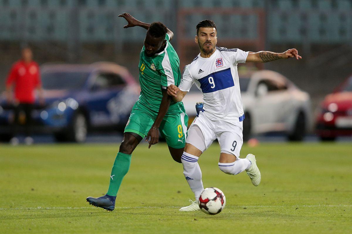L'entrée au jeu de Daniel Da Mota (à dr., à la lutte avec Mamé Biram Diouf) a changé le système de jeu du Luxembourg en 4-4-2