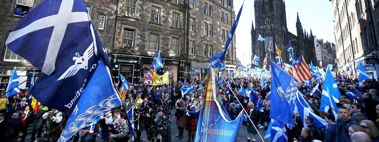 Unterstützer für die Unabhängigkeit Schottlands nehmen an einer Demonstration teil.