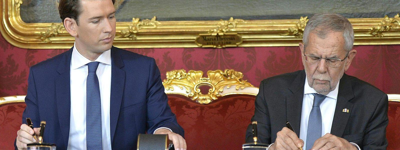 ebastian Kurz (ÖVP), Bundeskanzler von Österreich, und Alexander Van der Bellen, Bundespräsident von Österreich schreiben im Rahmen der Vereidigung neuer Minister in der Präsidentschaftskanzlei.