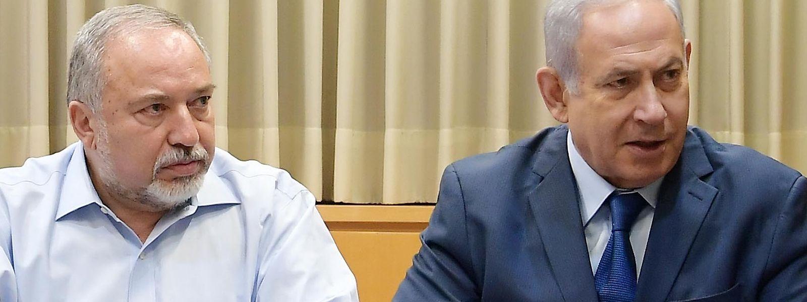 Benjamin Netanjahu (r) und Verteidigungsminister Avigdor Lieberman bei einem Treffen am Montag mit Vertretern der israelischen Streitkräfte.