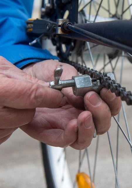 Mit ein wenig Übung und dem richtigen Werkzeug wie dem Kettennieter gelingt auch der Tausch der Fahrradkette.