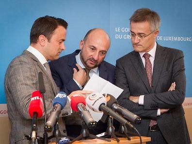 Die Partei von Premier Xavier Bettel (DP) und die von Vizepremier Etienne Schneider (LSAP) lassen bei der Sonntagsfrage Federn. Einzig die Partei von Justizminister Felix Braz (déi Gréng) kann ihre Sitze behalten (v.l.n.r.).