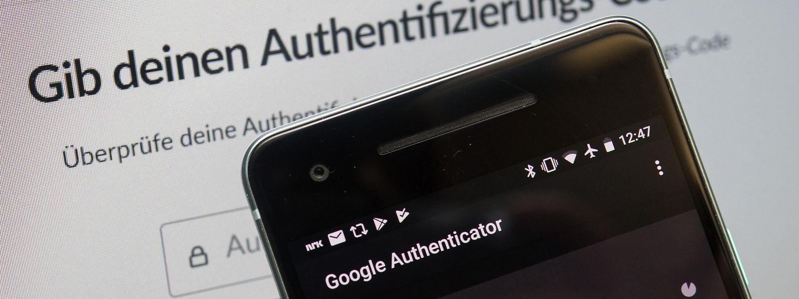 Doppelt hält besser: Nutzer sollten ihre Online-Konten möglichst mit einer Zweifaktor-Authentifizierung schützen. Dann kommt - wie hier beim Google Authenticator - ein zusätzlicher Code auf das Smartphone.