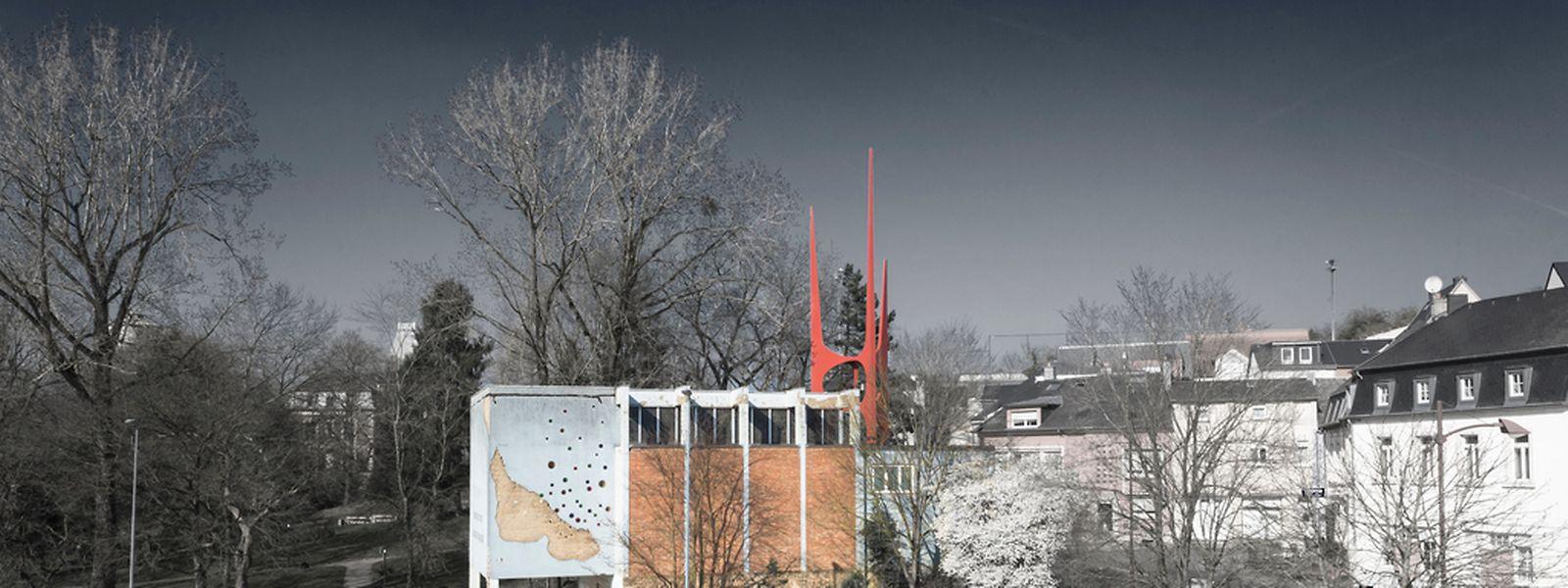 Der rot leuchtende Stahlturm, der die Dreifaltigkeit symbolisiert, ist das markante Signum der vergleichsweise kleinen Kapelle im Düdelinger Viertel Schmelz.