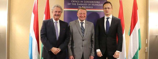 Jean Asselborn, com o cônsul geral honorário Jean Ries, e o ministro húngaro dos Negócios Estrangeiros, Péter Szijjártó.