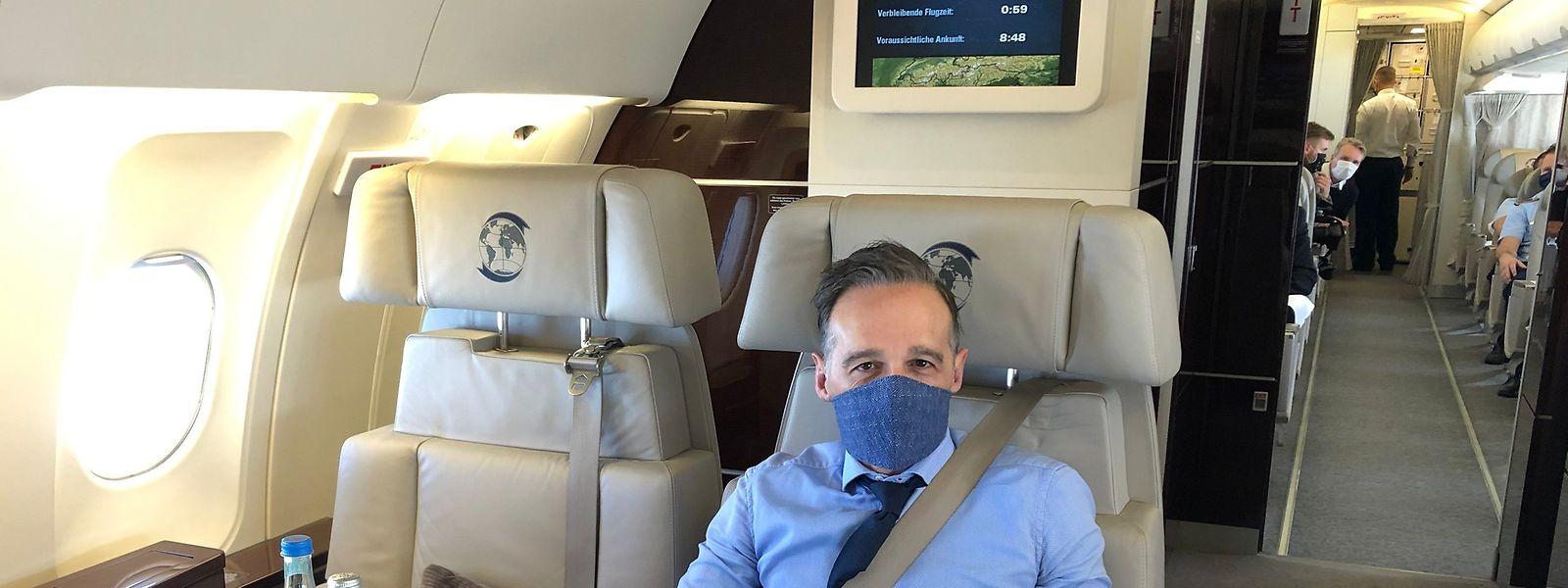 Bundesaußenminister Heiko Maas (SPD) im Regierungsflugzeug, das am Samstag in Luxemburg landen soll.