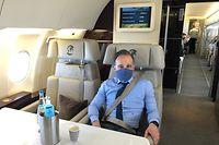 16.05.2020, Berlin: Heiko Maas (SPD), Außenminister, sitzt mit Mund- und Nasenschutz in ein Flugzeug der Luftwaffe. Er reist zu einem Besuch an der Grenze zu Luxemburg, die um Mitternacht wieder komplett für den Reiseverkehr geöffnet wurde. An dem Übergang vom saarländischen Perl zum luxemburgischen Schengen an der Mosel will er sich mit seinem Amtskollegen Asselborn treffen. Foto: Michael Fischer/dpa +++ dpa-Bildfunk +++