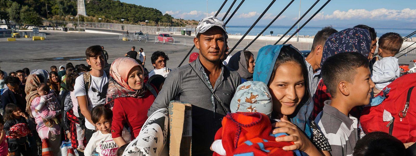 Flüchtlinge und Migranten werden mit einem Schiff von der Insel Lesbos in den Norden Griechenlands gebracht.