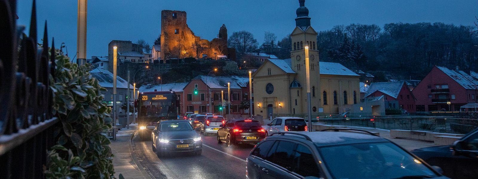 Viel Verkehr im Ortszentrum von Hesperingen.