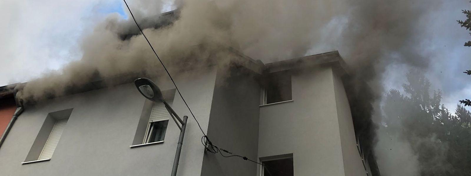 Der Dachstuhl des Wohnhauses wurde arg in Mitleidenschaft gezogen.