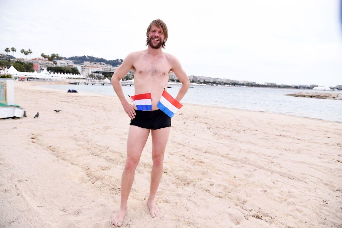 Luc Schiltz s'est prêté à la tradition qui veut que les jeunes boursiers du Film Fund aillent planter le drapeau luxembourgeois sur l'îlot face au Pavillon national.