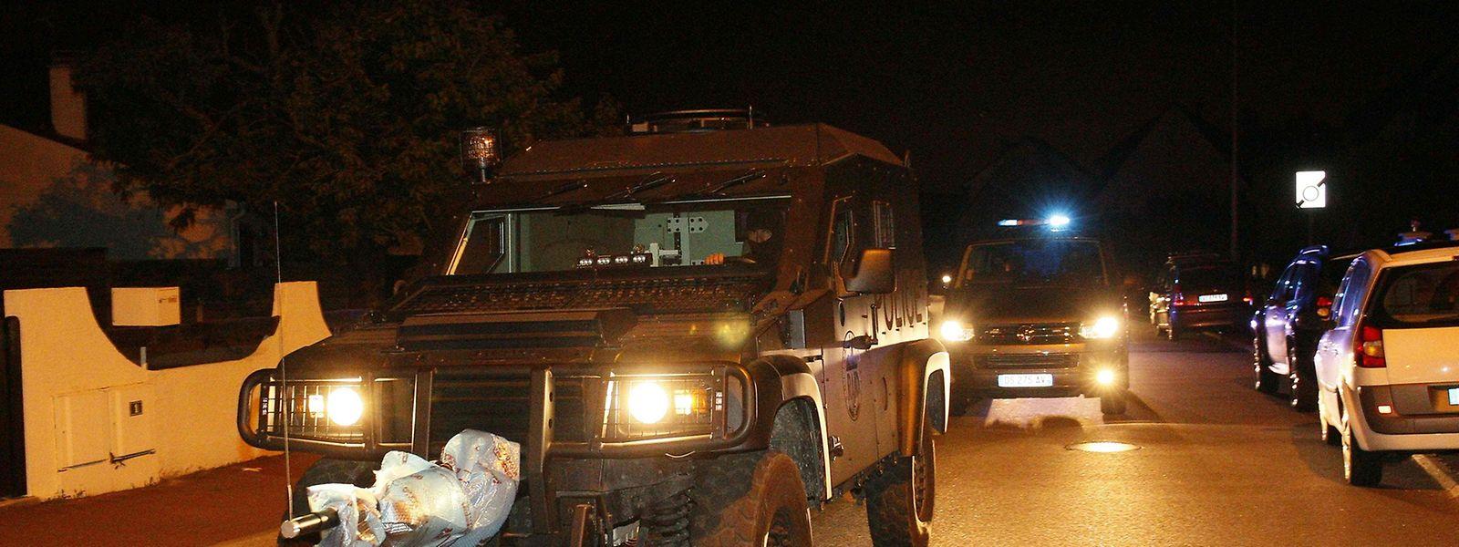 Spezialfahrzeuge der RAID-Einheiten am Ort des Geschehens.