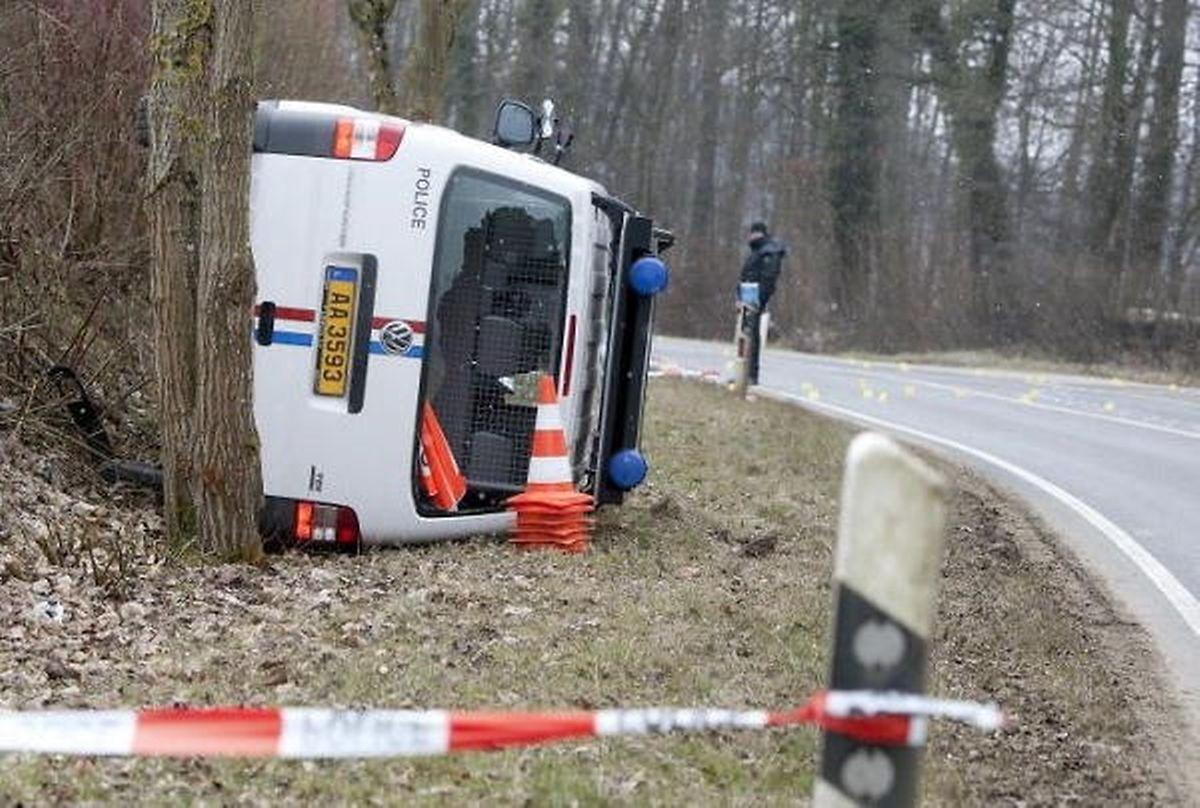 Ein Polizeifahrzeug, das die Räuber bei dem Raubüberfall unter Beschuss nahmen.
