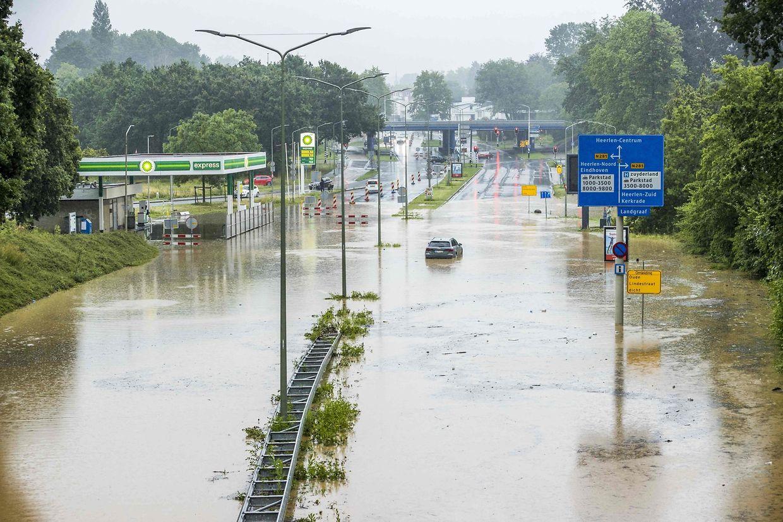 Wassermassen auf der Autobahn A79 bei Heerlen (Niederlande).