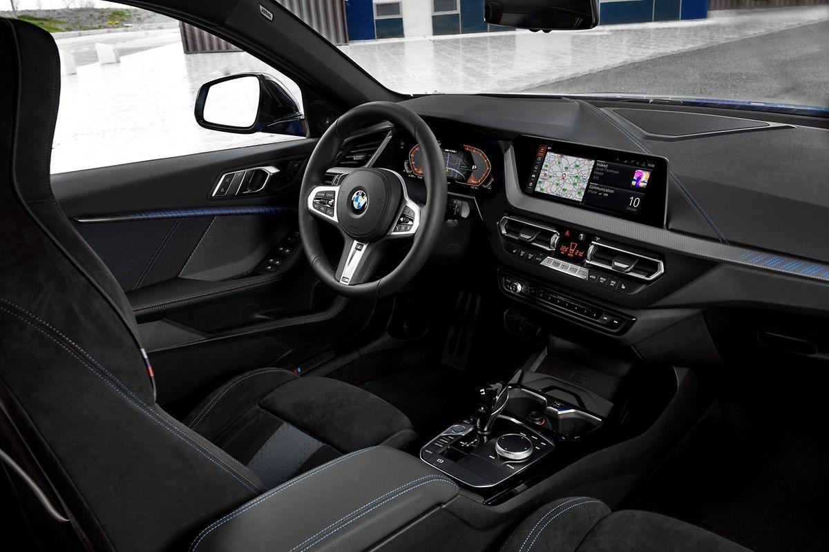 Übersichtliches Interieur: Zur serienmäßigen Ausstattung zählt ein 8,8 Zoll großes Control Display mit Touchfläche.