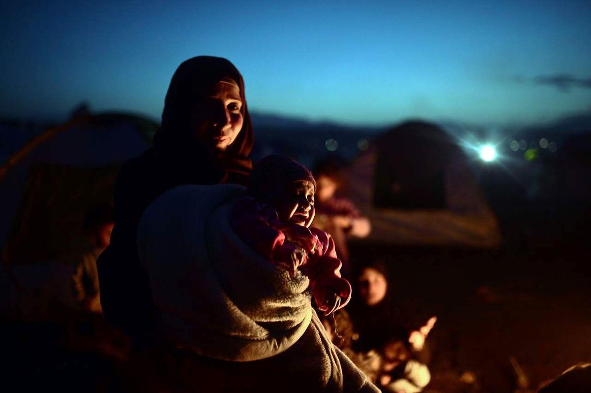 An der Grenze zu Mazedonien sind Tausende Flüchtlinge gestrandet. Sie harren teils im Freien aus.