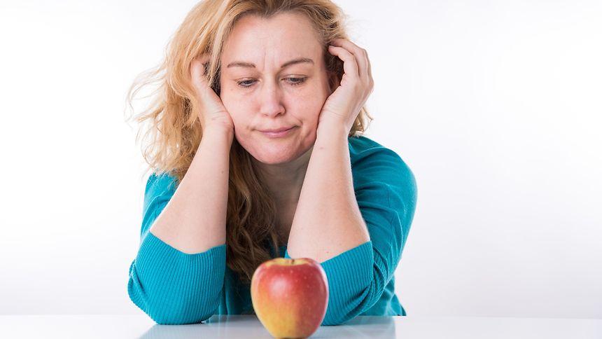 Bei Obst gilt wie bei den meisten Lebensmitteln:Auf die Dosis kommt es an. Ein Apfel ist einem Schokoriegel vorzuziehen, wenn einen die Lust auf Süßes packt. Andererseits enthält Gemüse deutlich weniger Zucker als Früchte.