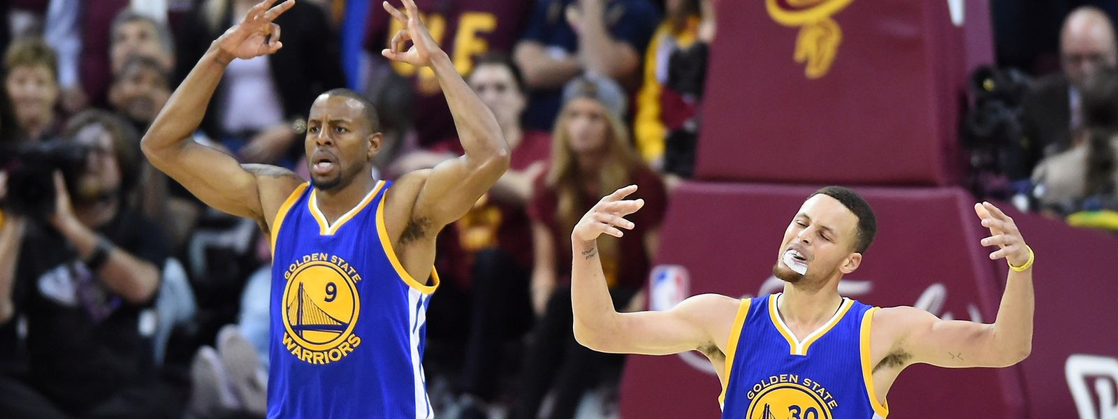 Stephen Curry (30) und Andre Iguodala (9) können feiern: Es fehlt noch ein Sieg zum NBA-Titel.