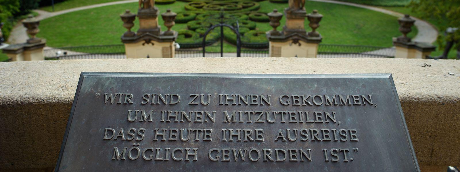 Der wahrscheinlich berühmteste unvollendete Satz der Weltgeschichte ist in voller Länge auf dem Balkon der Prager Botschaft verewigt.
