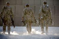 """ARCHIV - 03.10.2013, Afghanistan, Kundus: Bundeswehrsoldaten tragen Waffen zum Depot. (Illustration zu dpa: """" Bundeswehr stellt sich in Afghanistan auf mehr Gewalt ein"""") Foto: picture alliance / dpa +++ dpa-Bildfunk +++"""