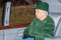 """ARCHIV - 22.12.2019, Großbritannien, Sandringham: Elizabeth II., Königin von Großbritannien, verlässt in ihrem Wagen den Gottesdienst in der St. Maria Magdalena Kirche. (zu dpa """"Herzogin Meghan wieder nach Kanada zurückgeflogen"""") Foto: Joe Giddens/PA Wire/dpa +++ dpa-Bildfunk +++"""