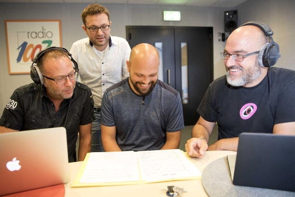 Im Studio (Bild unten) berät er sich mit dem Tonmeister Marco Battistella (stehend), Bassist Boris Schmidt (Mitte) und Pianist Pierre-Alain Goualch (rechts), um das beste Ergebnis zu erzielen.